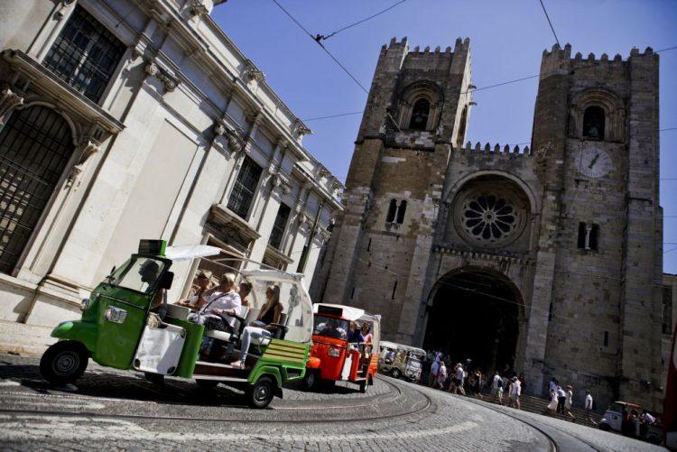 Câmara de Lisboa estima que 'tuk tuk' tenham de ser elétricos em meados de 2017
