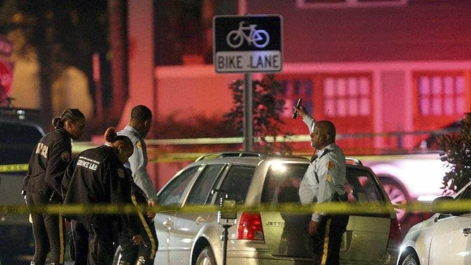 Carro abalroa multidão e faz 2 mortos e 6 feridos