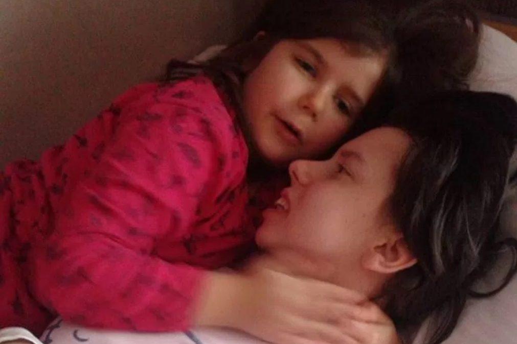 Mulher conhece filha sete anos depois de entrar em coma durante o parto