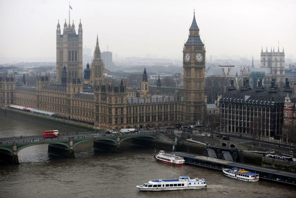Polícia apunhalado e atacante alvejado no parlamento britânico