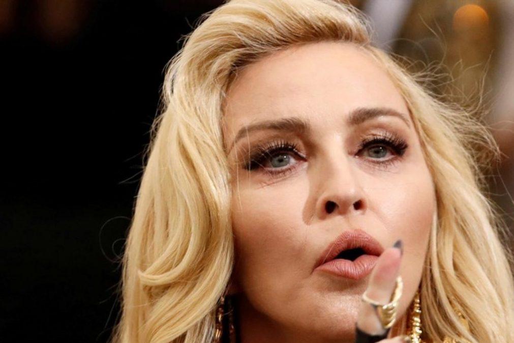 Madonna mostra os mamilos em protesto contra o Instagram