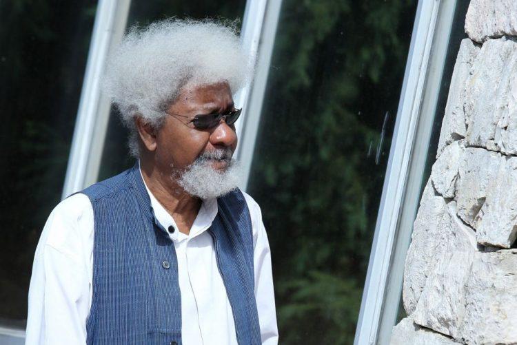 Escritor nigeriano Wole Soyinka deita fora