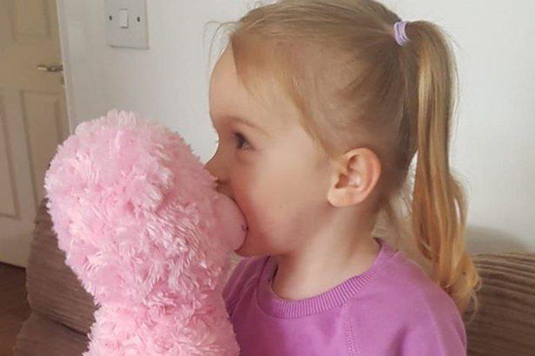 Menina recebe peluche com voz e perfume da mãe que já morreu