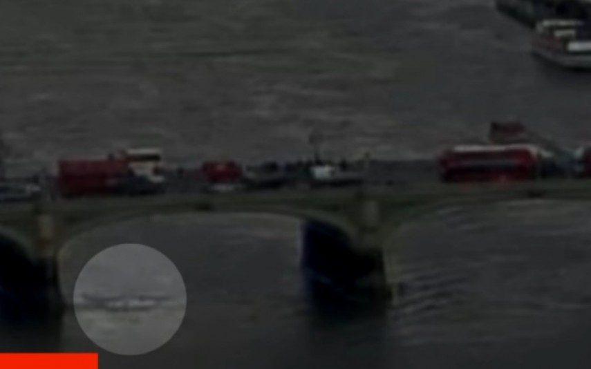 Vídeo Mulher atira-se da ponte para fugir a terrorista