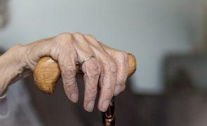 Obrigava a mãe de 74 anos a pedir para poder comprar droga