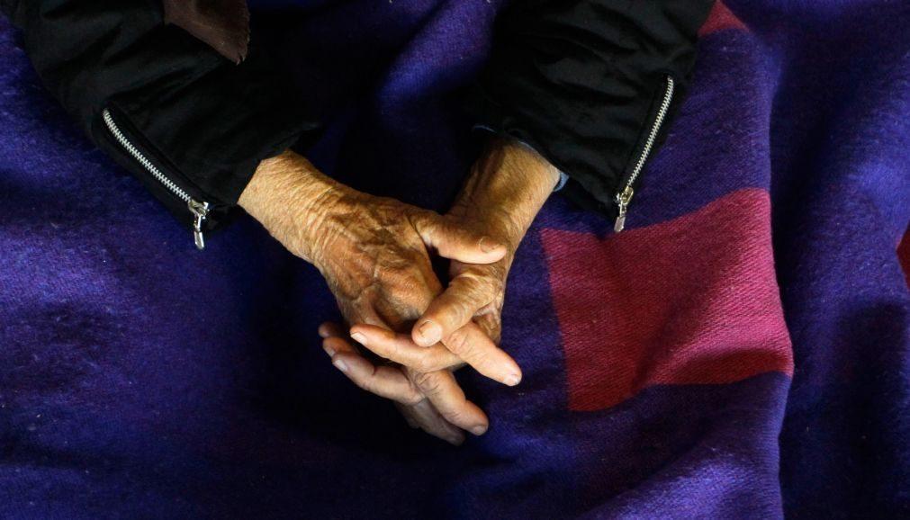 Mulher fica em prisão preventiva por bater na mãe de 76 anos