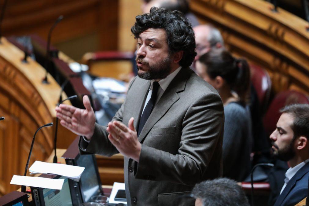 Deputado Pedro Delgado Alves condenado a dois mil euros de multa por atropelar cantoneira
