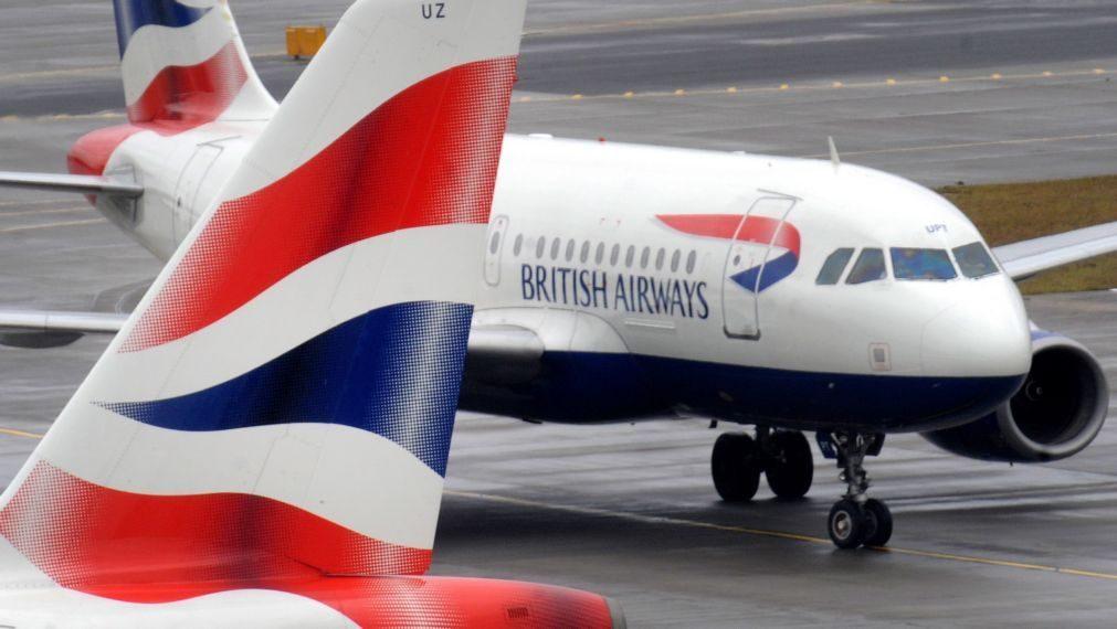 Tenta abrir porta de avião durante voo e causa pânico