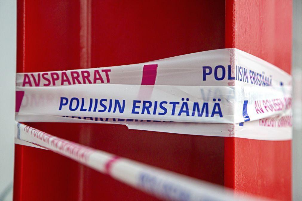 Atacante finlandês que matou uma mulher e feriu nove pessoas atuou sozinho