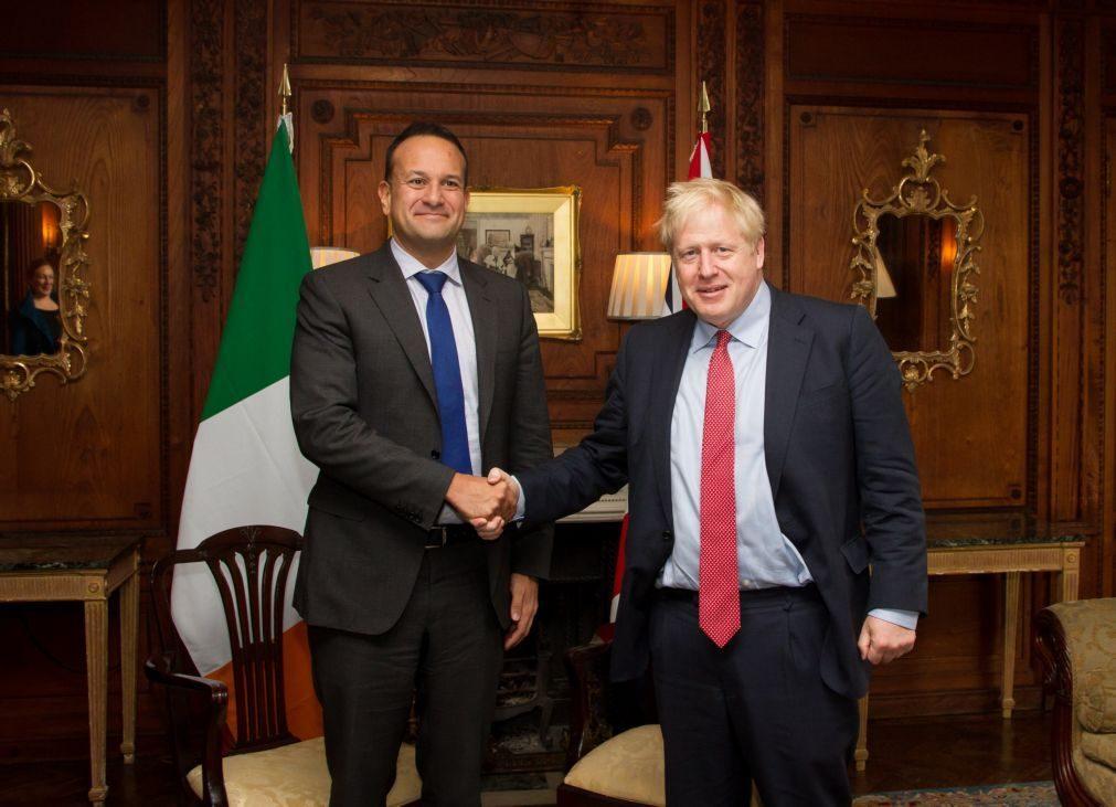 Brexit: Primeiros-ministros britânico e irlandês vêem