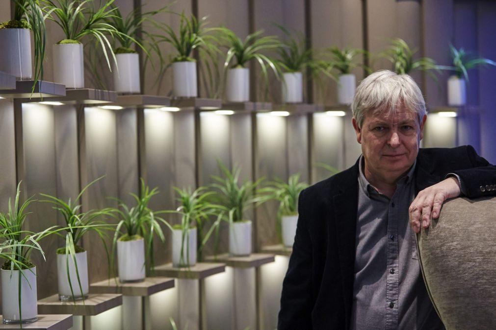Escritor inglês Jonathan Coe em Cascais para residência literária internacional