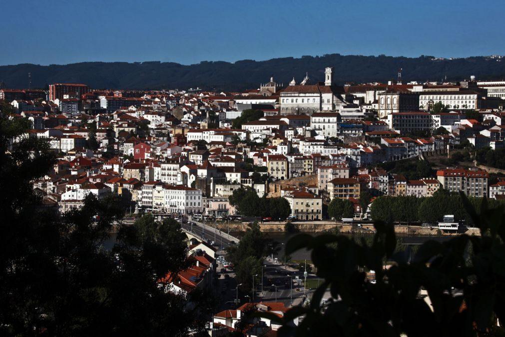 Ensino | Pais encerram escolas de Coimbra e exigem mais assistentes