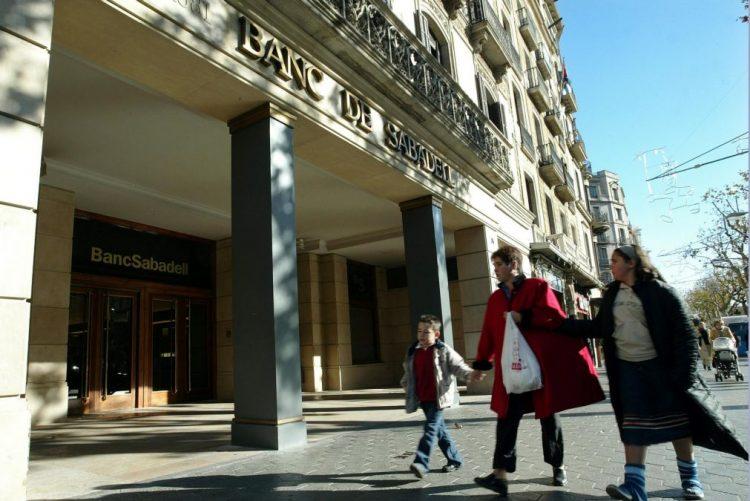 Banco espanhol Sabadell fecha 250 agências e reduz número de empregados em 2017
