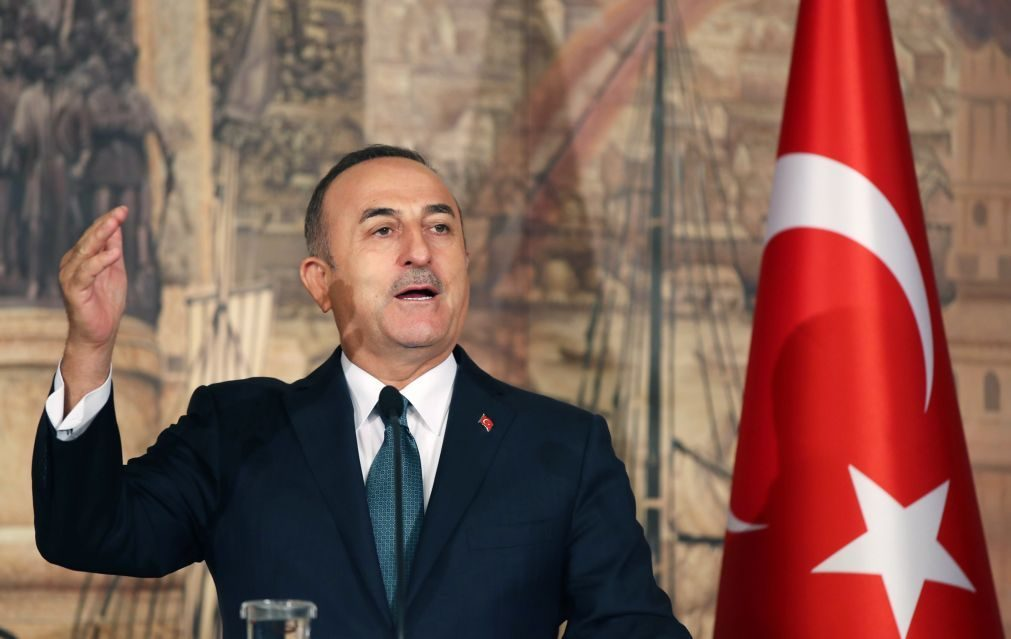 Ministro turco diz que acordo inclui retiradas dos curdos de uma faixa de 32 quilómetros na Síria