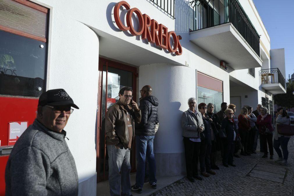 CTT | Cerca de 60 pessoas em protesto contra o fecho do posto no Monte de Caparica