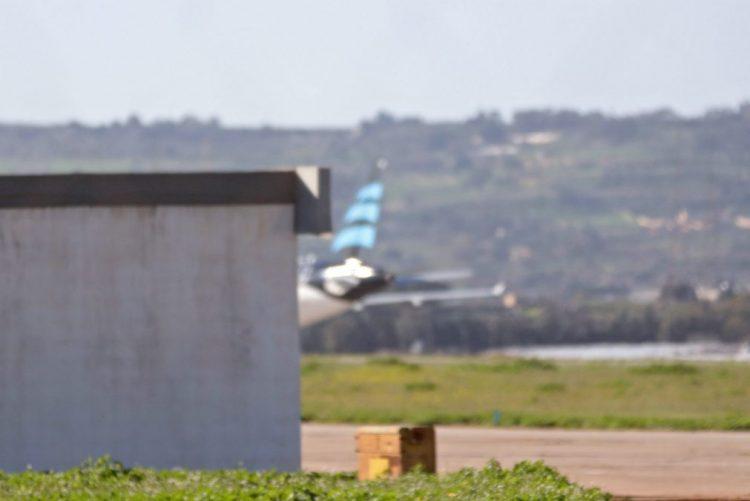 Desvio de avião líbio termina com rendição dos dois sequestradores - Primeiro-ministro de Malta