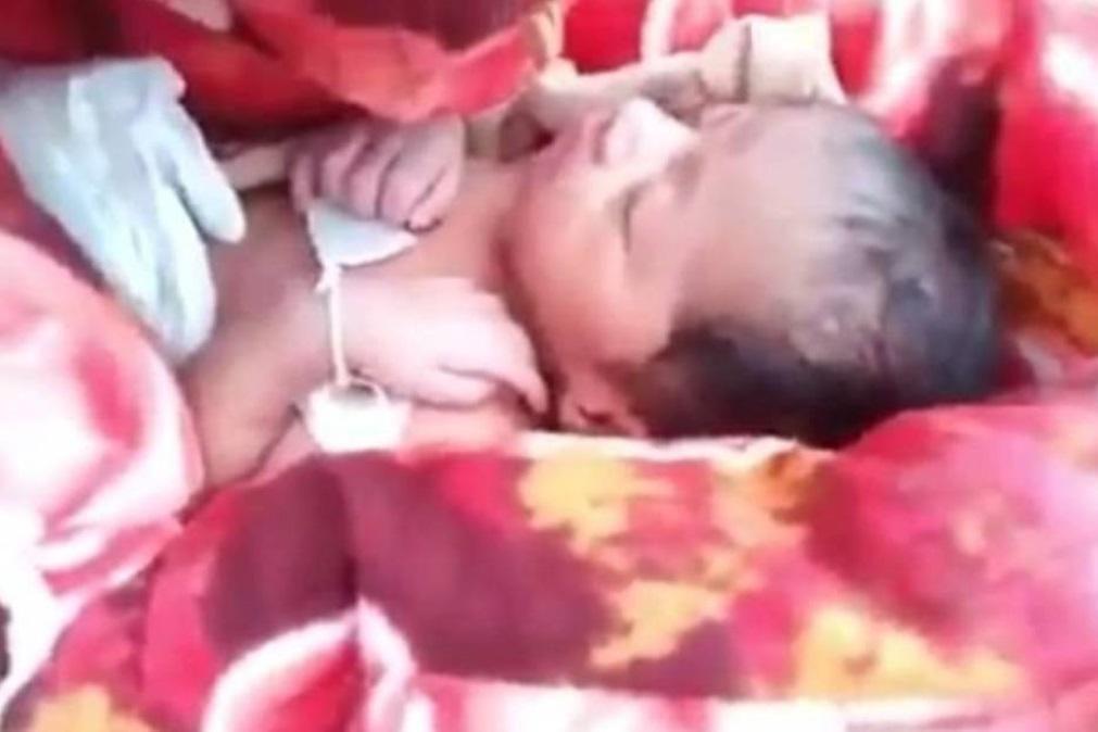 Taxista salva bebé que ia ser enterrada viva pela família (COM VÍDEO)