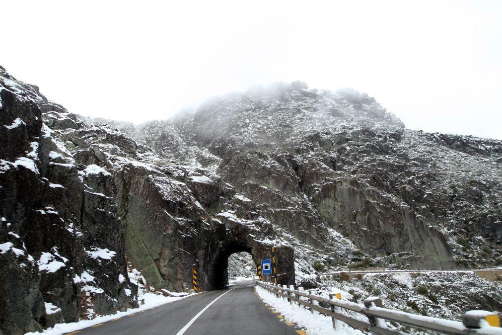Estradas encerradas na serra da Estrela devido à queda de neve