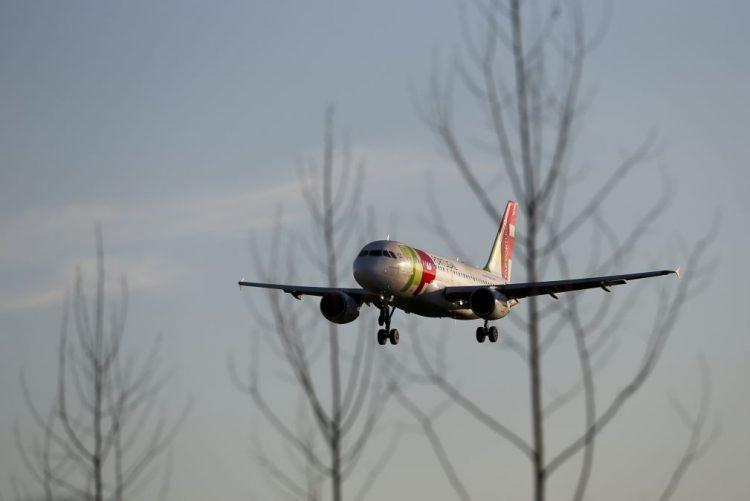 Nevoeiro em Lisboa obriga cinco aviões a divergir para Faro e provoca atrasos