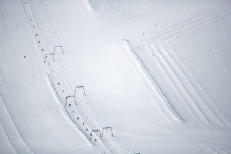 Operação para resgatar 120 pessoas de teleférico em estância de esqui na Itália