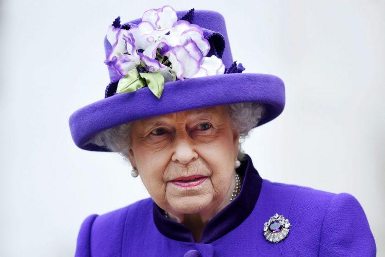 Rainha Isabel II anulou presença na missa de Natal devido a