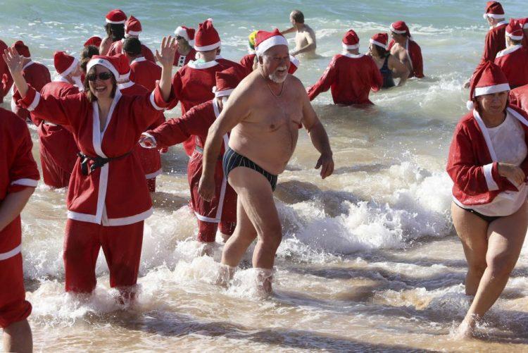 Pais Natal mergulham no mar algarvio para comprar sapatos a crianças desfavorecidas