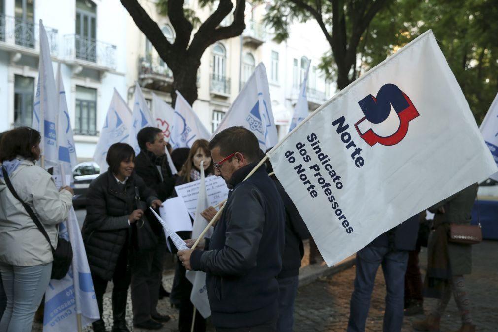 Largas centenas de professores concentrados em frente ao Ministério da Educação