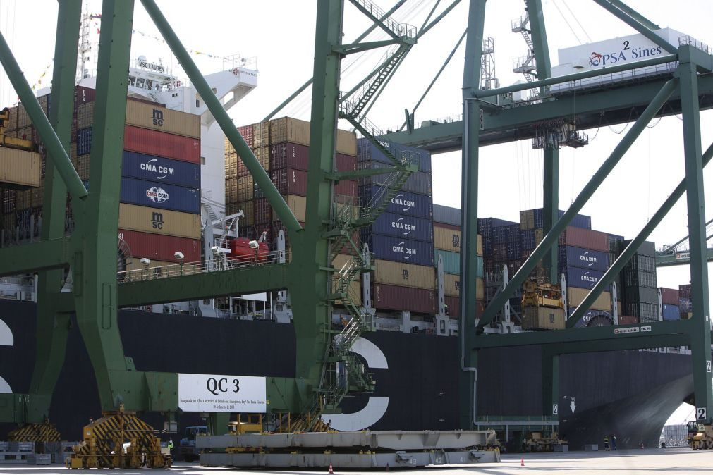 Excedente da balança comercial da zona euro recua para 17,8 mil ME em fevereiro