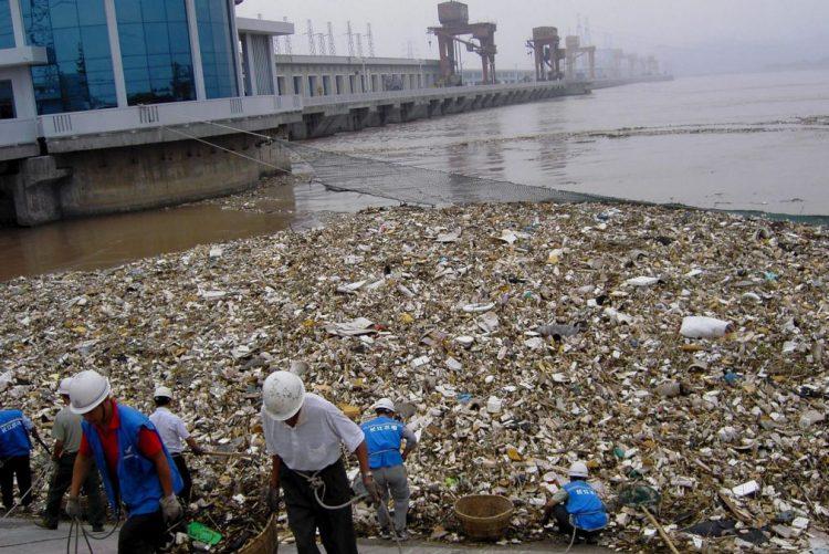Polícia chinesa detém suspeitos de despejar centenas de toneladas de lixo no rio Yangtse