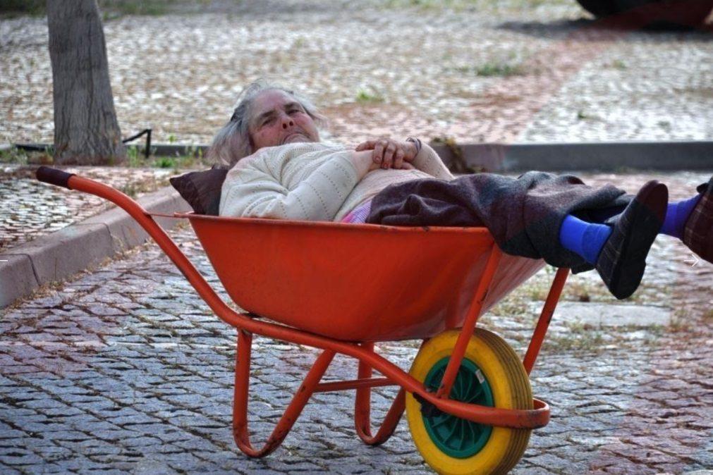 Aos 76 anos, mulher é levada em carro de mão para receber a reforma