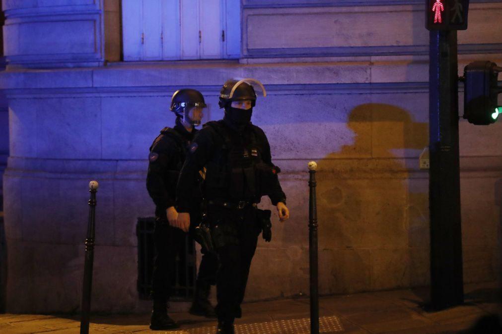 Atentado em Paris: Le Pen e Fillon cancelam ações no último dia de campanha eleitoral
