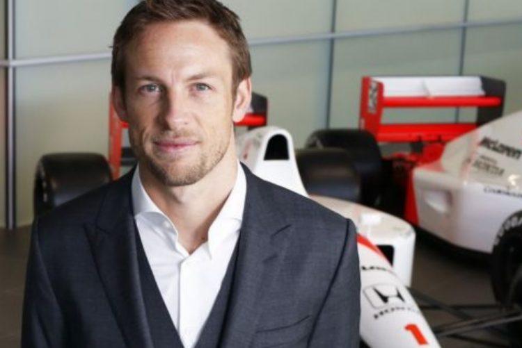 Antigo piloto de Fórmula 1 doa milhares de euros a jovem que perdeu as pernas em acidente
