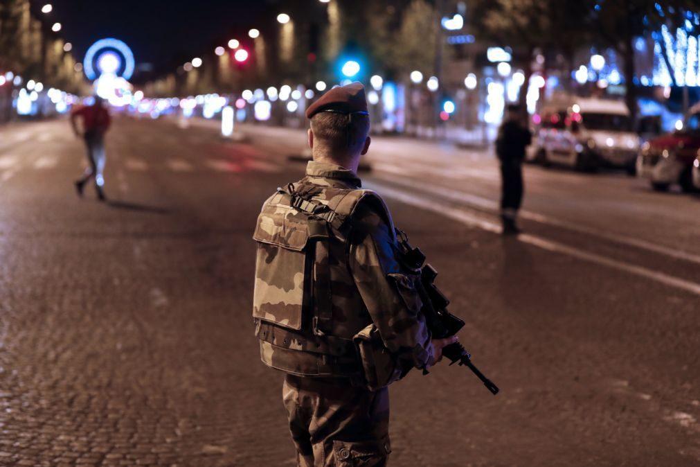Atentado em Paris: Justiça detém para interrogatório três familiares do atacante