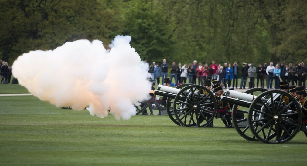 Rainha Isabel II faz 91 anos celebrados com dezenas de tiros de canhão