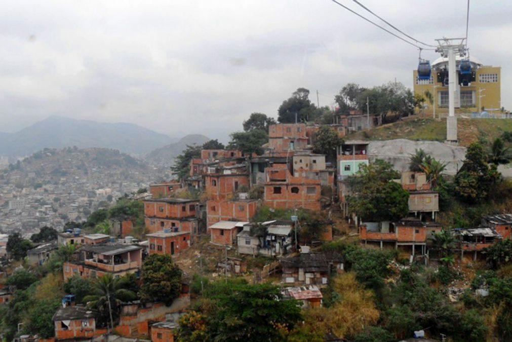 Polícia do Rio de Janeiro instala torre blindada em favela após cinco dias de tiroteios