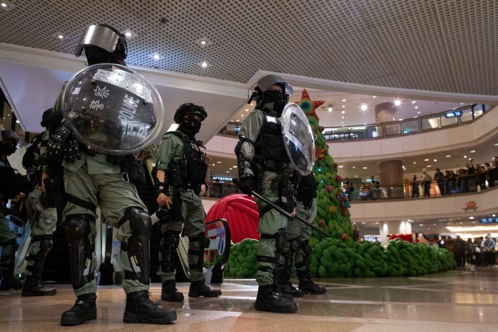 Polícia de Hong Kong detém manifestantes pró democracia
