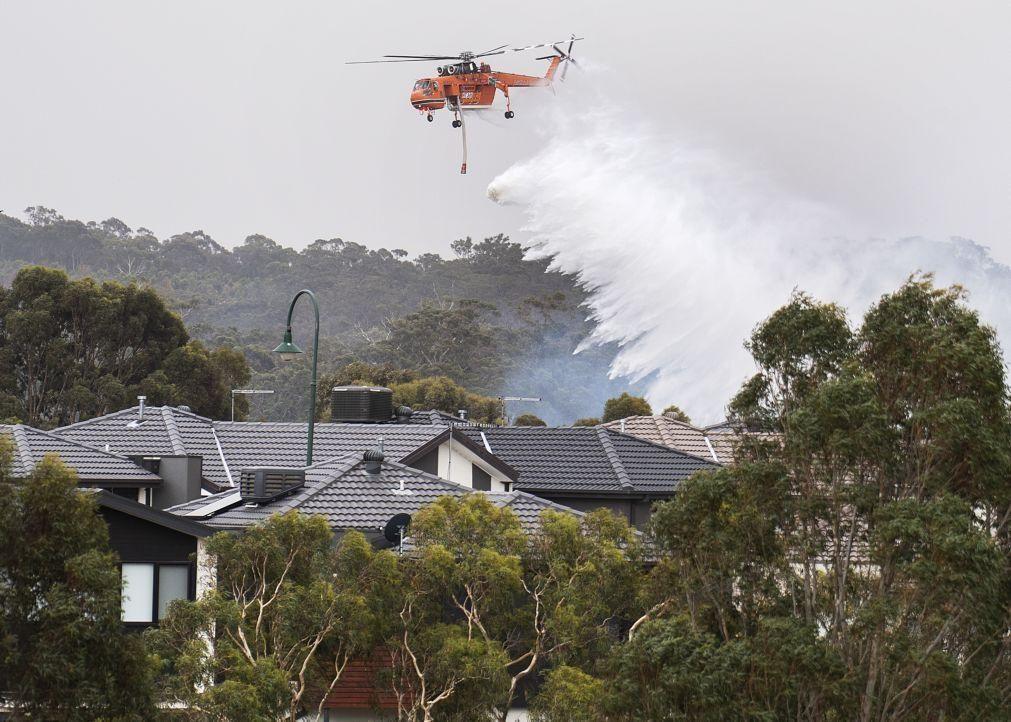 Austrália | Incêndios obrigam a retirar 100 mil de Melbourne e matam três bombeiros