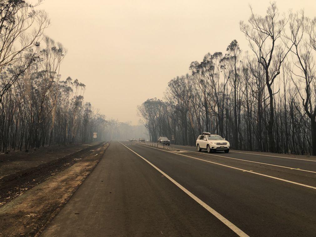 Austrália alerta para agravamento do risco de incêndios, milhares de turistas fogem da costa