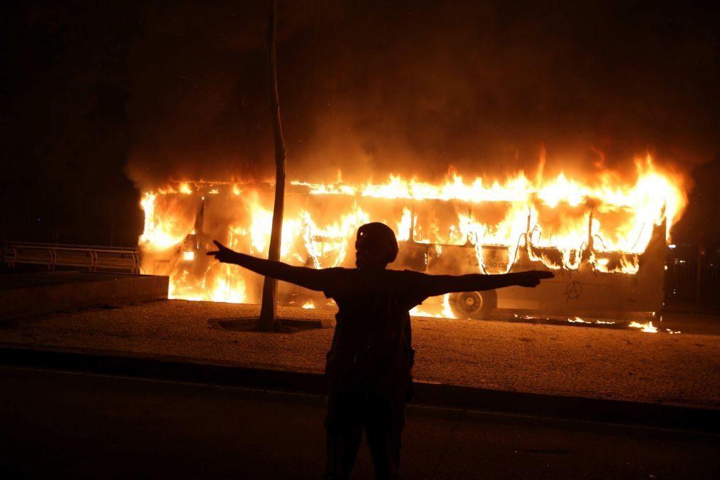 Homens mascarados incendeiam autocarros na cidade do Rio de Janeiro