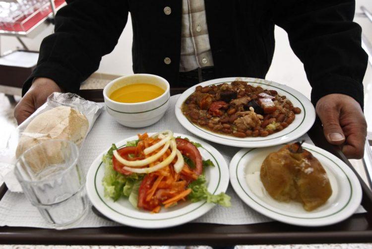 Pais querem refeições feitas nas escolas com produtos comprados localmente