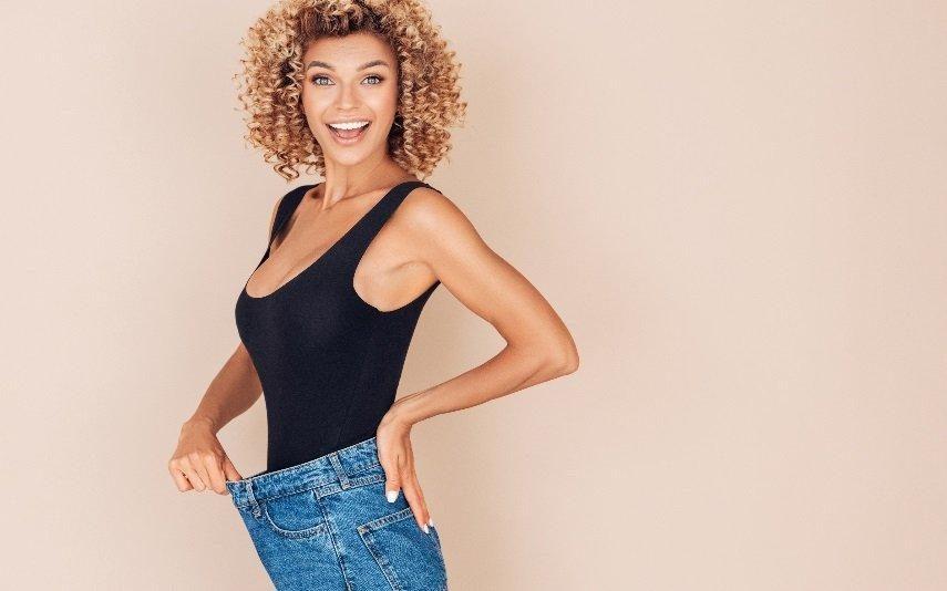Este truque ajusta as calças largas na cintura em 5 segundos