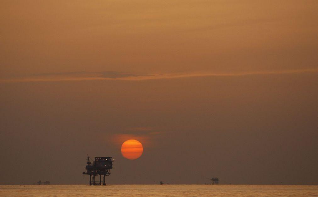 Covid-19: Barril de petróleo Brent recupera 7% depois de 'segunda-feira negra'