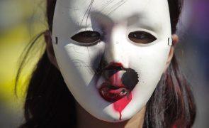Espanca a mulher e divulga fotos da vítima com hematomas nos olhos