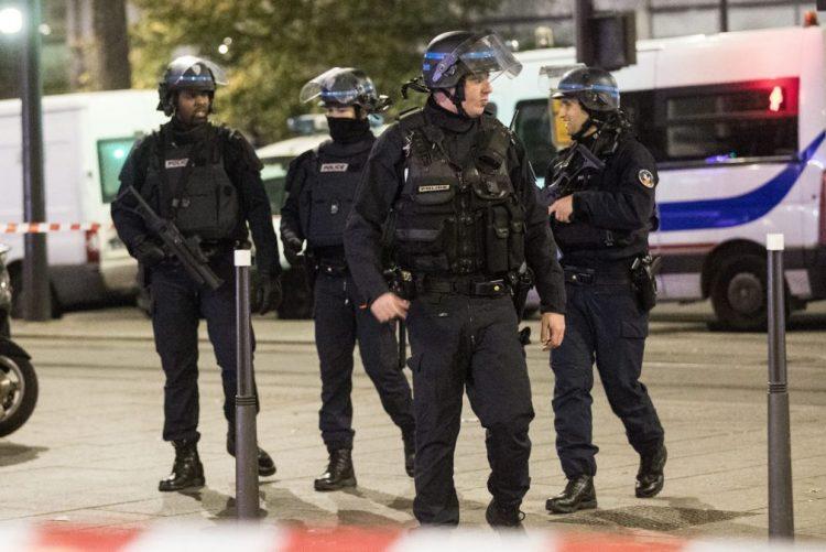 Reféns de Paris sãos e salvos mas assaltante de agência de viagens fugiu
