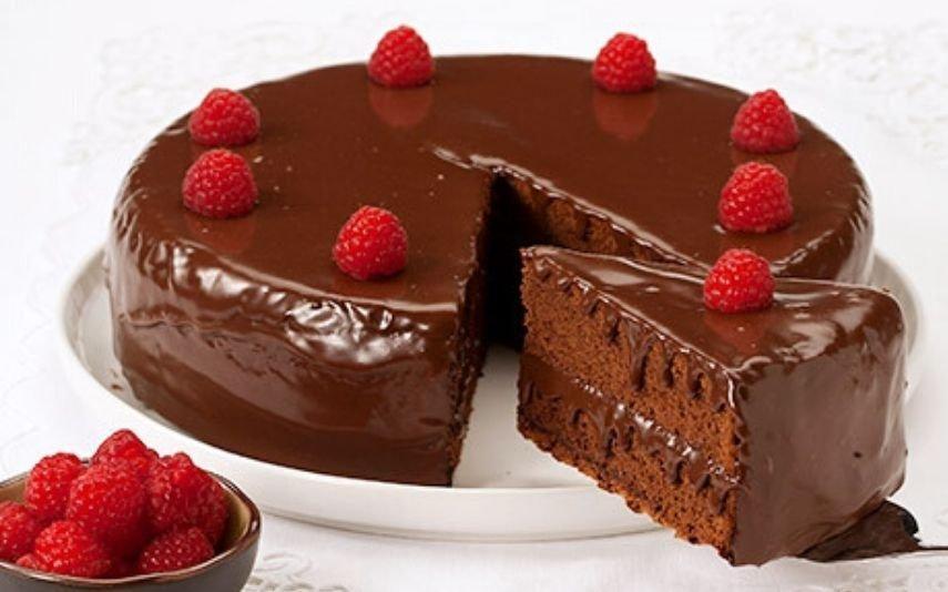Bolo de chocolate com leite condensado A delícia que não pode faltar na mesa da Páscoa