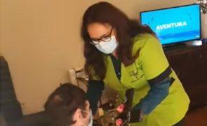 Diretora de lar arguida por dar cruz a beijar a idosos