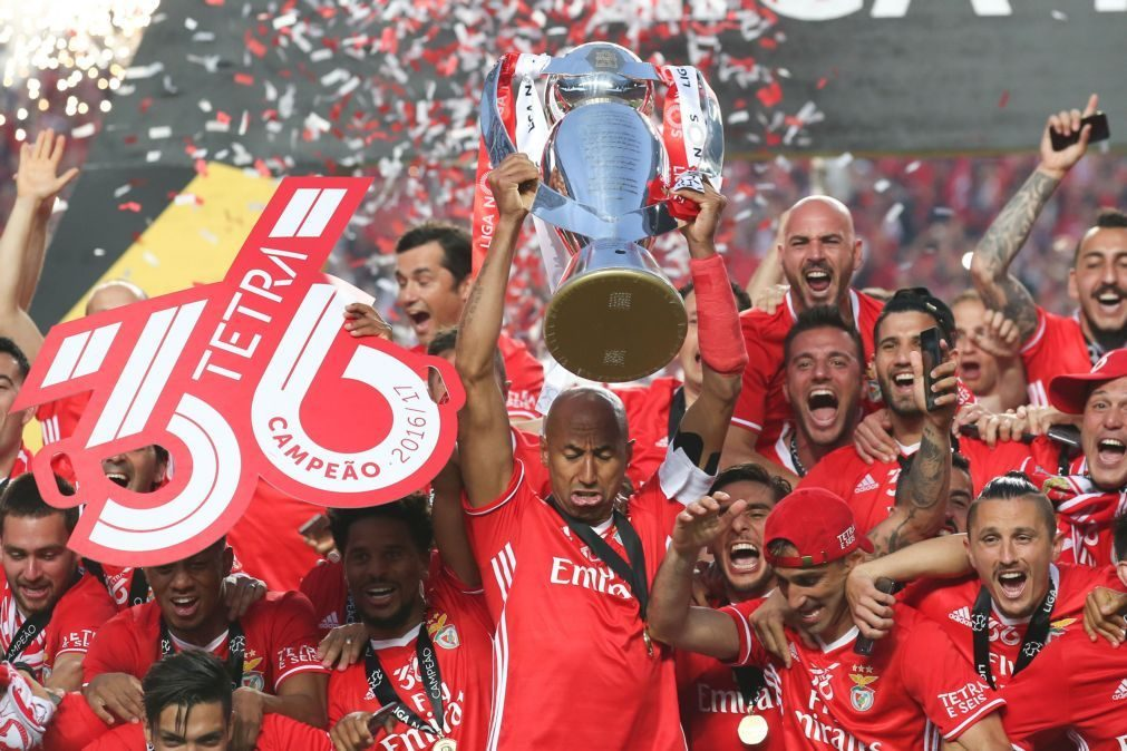 Benfica campeão: Luisão recebe troféu no relvado do Estádio da Luz