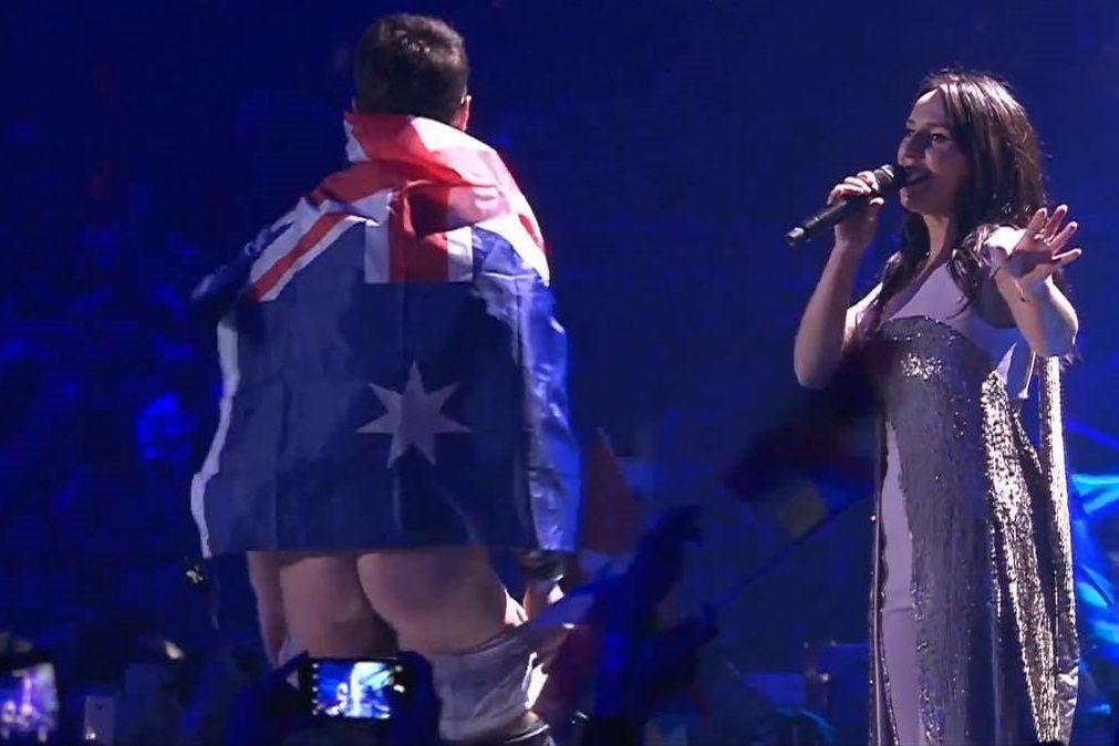 Homem interrompe atuação da Eurovisão e mostra o rabo