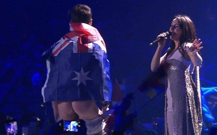 Eurovisão Momento insólito do Festival: homem sobe nu ao palco (vídeo)