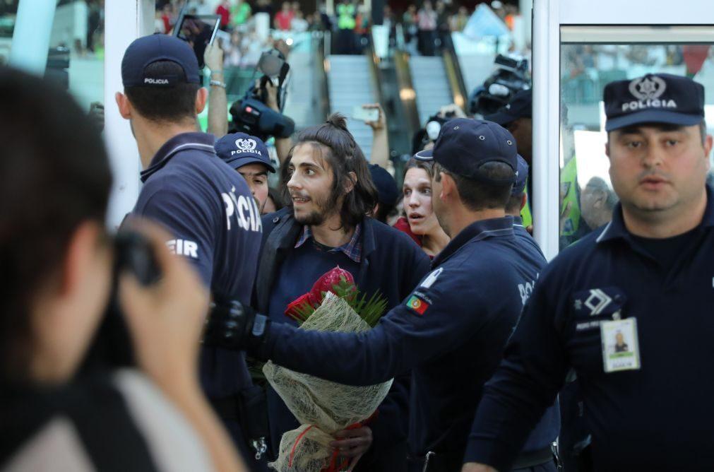 Multidão recebe Salvador Sobral como um herói no Aeroporto de Lisboa